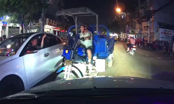Tài xế ôtô ép lùi xe ba gác đi ngược chiều ở Sài Gòn