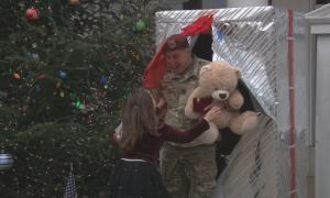 Bé gái Mỹ vỡ òa khi bố bước ra từ hộp quà Giáng sinh