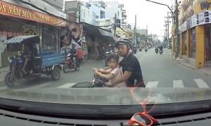 'Tính mạng trẻ em nguy hiểm khi người lớn đi xe máy cẩu thả'
