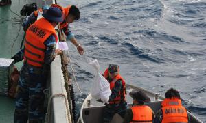 Hải quân dùng dây thừng chuyển quà Tết cho bộ đội nhà giàn