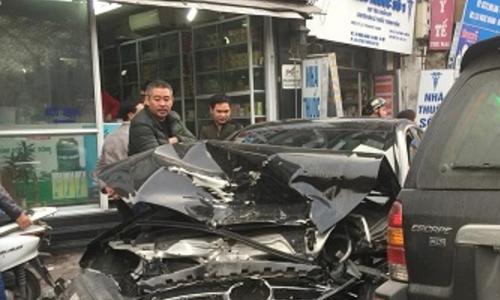 Ôtô đâm người đi bộ tử vong ở Hà Nội - ai chỉ giúp tôi vỉa hè chỗ nào?