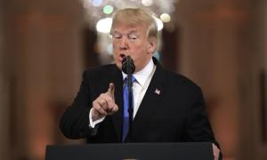 Trump dặn phát ngôn viên 'chớ bận tâm' tới họp báo