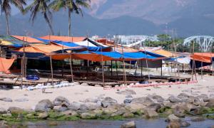 Tháo dỡ lều bạt trái phép ở bãi rêu Nam Ô