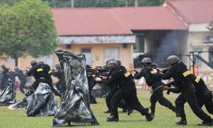 Cảnh sát cơ động diễn tập đu dây, nổ súng giải cứu con tin