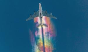 Máy bay Qatar bay cao 8.000 m tạo vệt mây cầu vồng