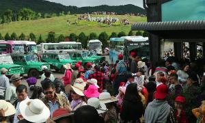 Du khách xếp hàng chờ xe trung chuyển lên đỉnh Langbiang