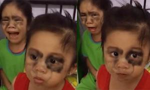 Hai bé gái khóc thét trước độc chiêu 'cai nghiện' điện thoại
