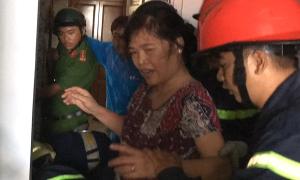 Cảnh sát phá thang máy giải cứu hai bà cháu mắc kẹt