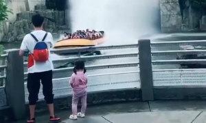 Bé gái òa khóc vì nước tạt ướt cả người