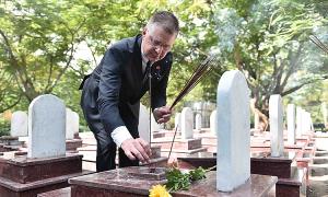 Đại sứ Mỹ lần đầu tiên viếng nghĩa trang liệt sĩ Trường Sơn