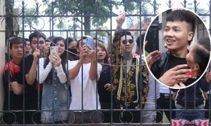 Đám trẻ reo hò nơi tòa xử Khá 'Bảnh'