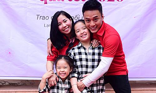 Vợ chồng Hồng Đăng dẫn 2 con đi làm từ thiện