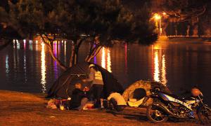 Hết phòng, khách dựng lều qua đêm ở Đà Lạt