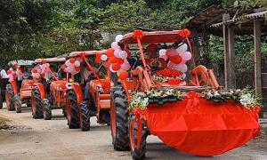 Chú rể rước dâu bằng 5 máy cày