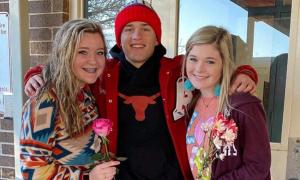 Nam sinh tặng hoa cho tất cả nữ sinh ở trường