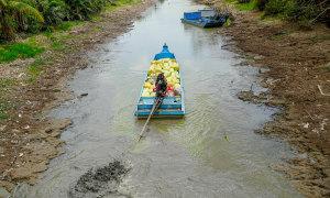 Sống bên những dòng kênh khô