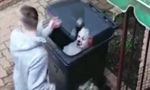 Tá hỏa vì gặp 'chú hề kinh dị' trong thùng rác