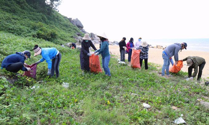 Tự nguyện nhặt rác làm sạch bãi biển