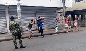 Cảnh sát 'nghiêm trị' nhóm thanh niên vi phạm lệnh cách ly