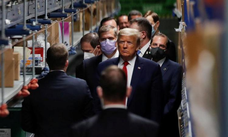 Trump lại không đeo khẩu trang khi thăm cơ sở y tế