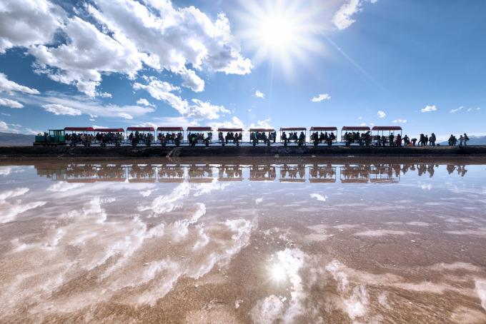 Hồ muối giống tấm gương khổng lồ của bầu trời