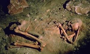 Hài cốt cúi gập 4.000 năm trong mộ