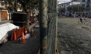 Trẻ em Brazil đá bóng cạnh xác chết nghi do Covid-19