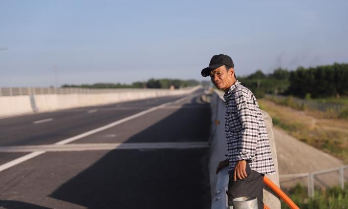 Lão nông nghèo canh gác dự án tỷ đô
