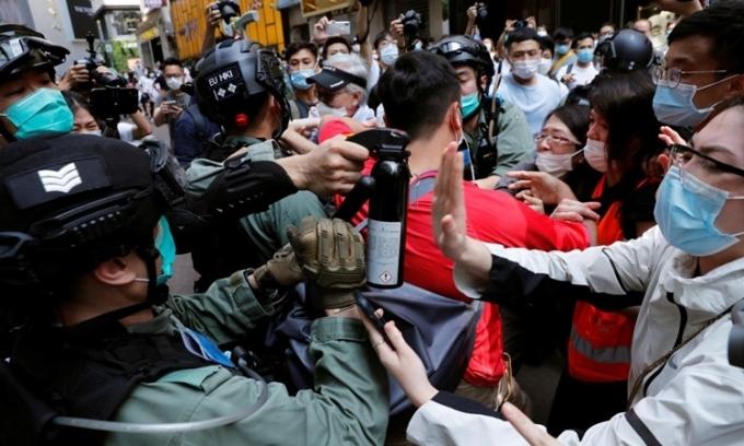 Trump tước trạng thái đặc biệt của Hong Kong
