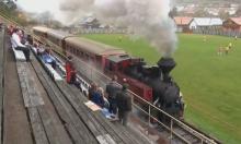 Khán giả phấn khích vì tàu hỏa chạy qua sân bóng