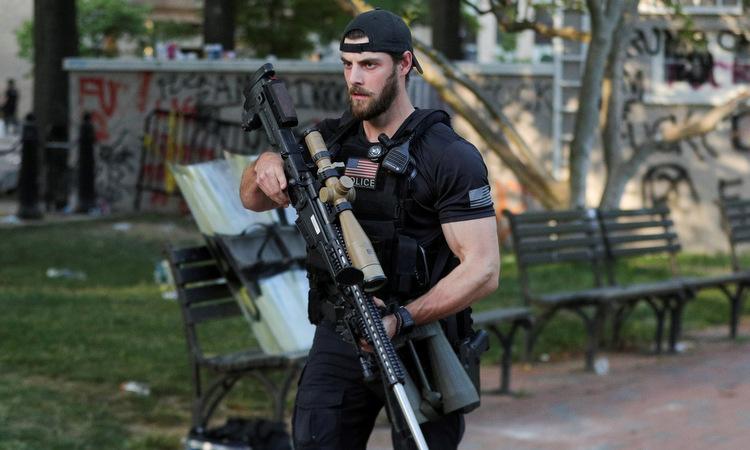 Mật vụ Mỹ gây khó hiểu vì ôm súng bắn tỉa hộ tống Trump