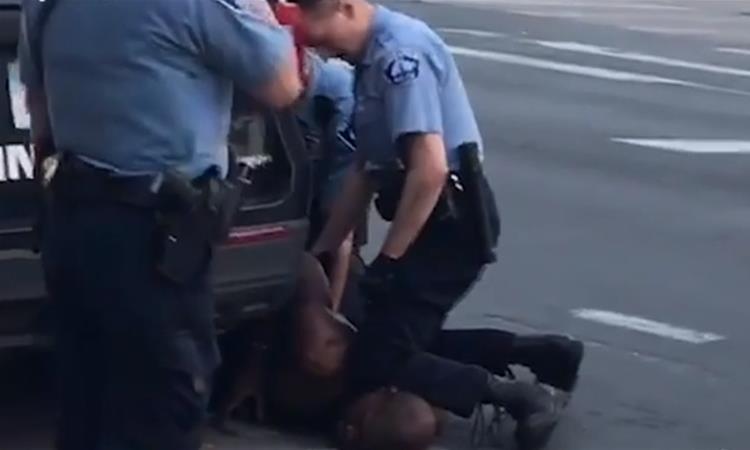 George Floyd và cảnh sát ghì gáy 'từng ẩu đả nhau'