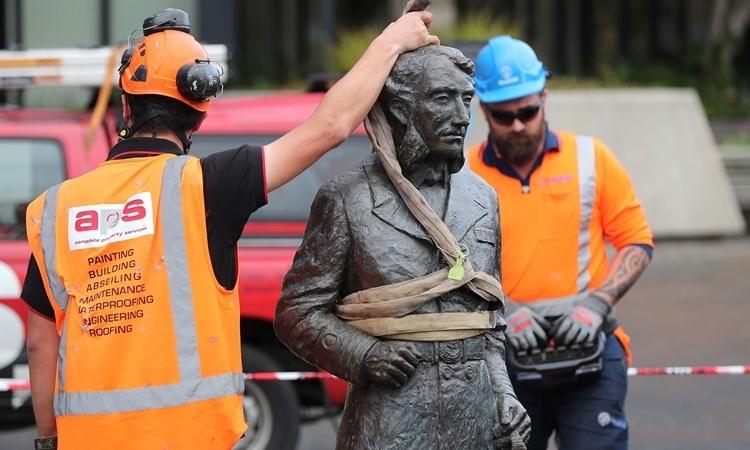 New Zealand dỡ tượng thuyền trưởng Anh