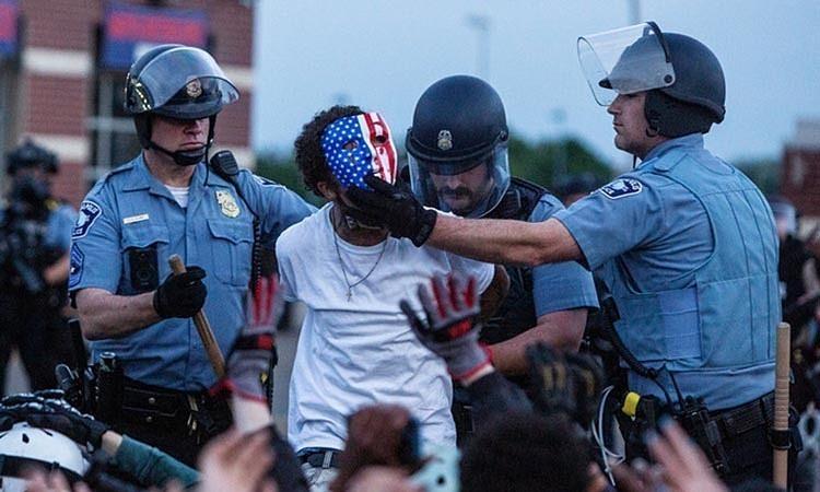 Người biểu tình tấn công xe cảnh sát Mỹ đối mặt tù chung thân