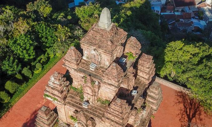 Tháp Chăm gần 800 năm tuổi thờ tiên nữ
