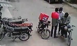 Hai tên cướp trả lại đồ, an ủi vì thấy nạn nhân khóc