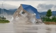 Nước lũ 'nuốt chửng' nhà ba tầng ở Giang Tây