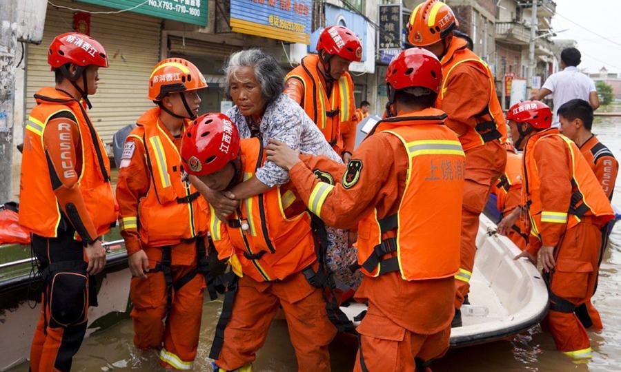 Người Trung Quốc bật khóc khi nước lũ ập vào nhà