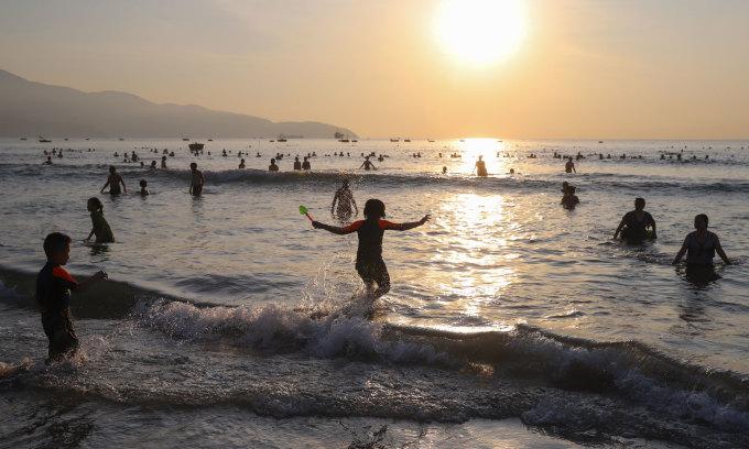 Hàng nghìn người tắm biển sáng sớm