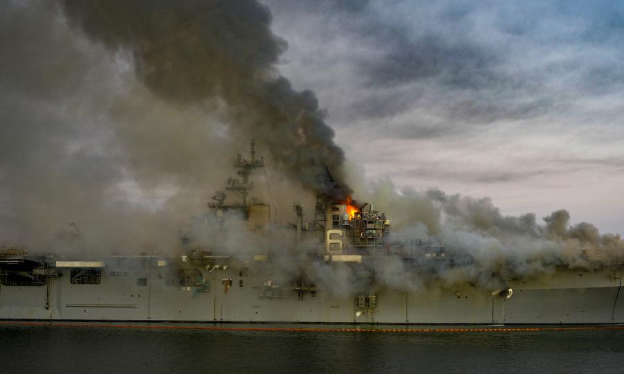 Hơn 3.000 tấn dầu có nguy cơ cháy trên chiến hạm tỷ đô Mỹ