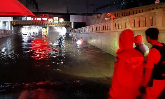 Nước lũ nhấn chìm đường cao tốc Hàn Quốc