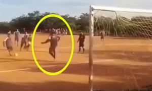 Thủ môn no đòn vì cản phá thành công penalty