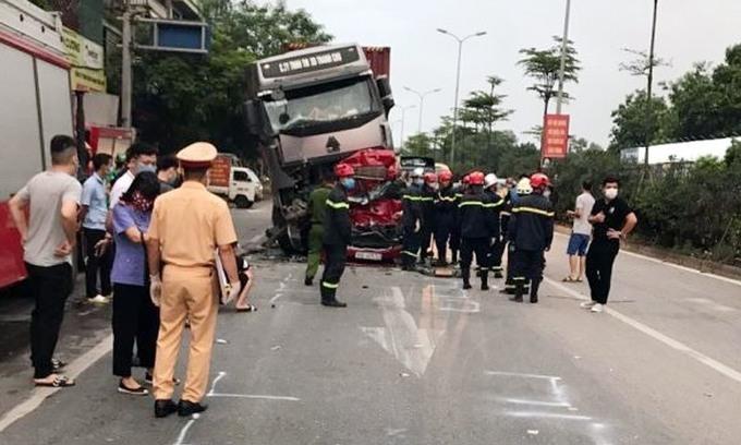 Bài học dừng đèn đỏ từ vụ xe container tông ôtô 5 chỗ