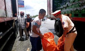 Giúp tài xế gom hàng nghìn lon bia văng giữa đường