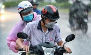 Thí sinh TP HCM 'đội mưa' ra về sau thi môn Toán