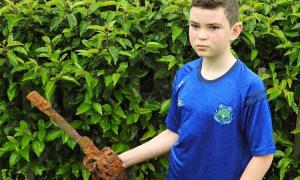 Cậu bé tìm thấy thanh kiếm 300 năm tuổi