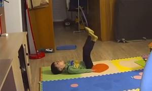 Bé trai tập thể dục đến bật khóc vì sợ mập