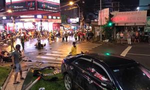 Ôtô Camry húc 8 xe máy ở Sài Gòn