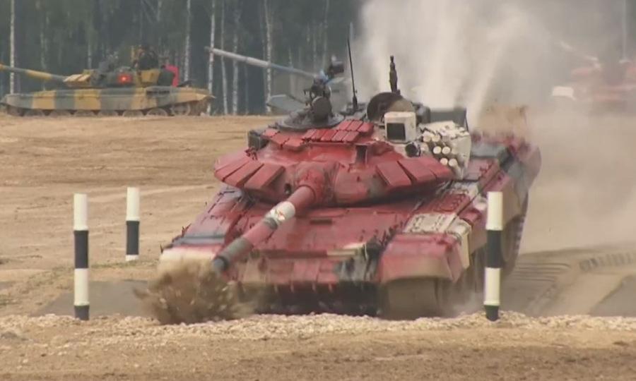 Xe tăng Congo cắm nòng pháo xuống đất tại Tank Biathlon