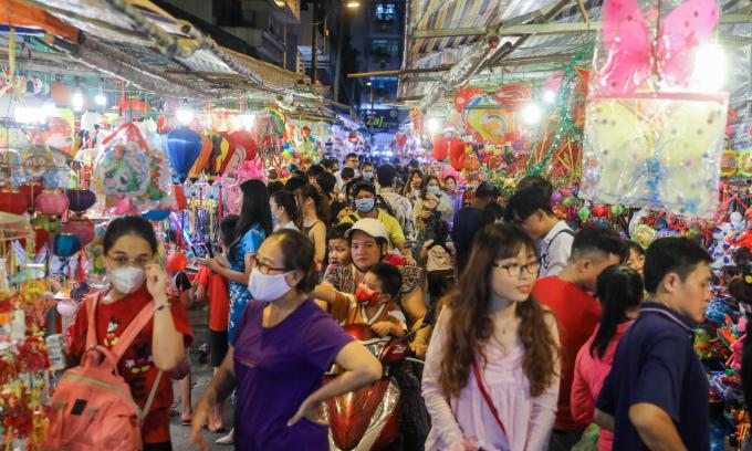 Phố lồng đèn Sài Gòn nhộn nhịp trước Trung thu